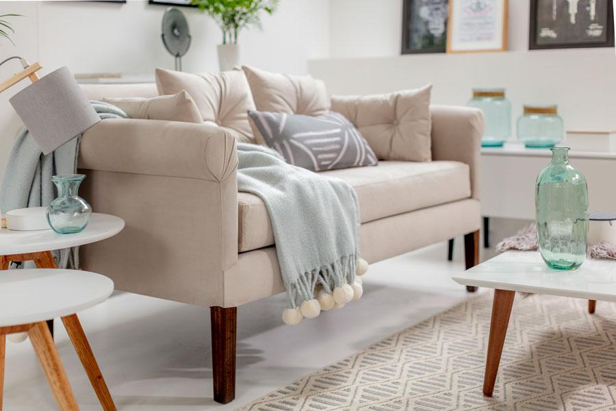 living pequeño con sofá pequeño con patas largas