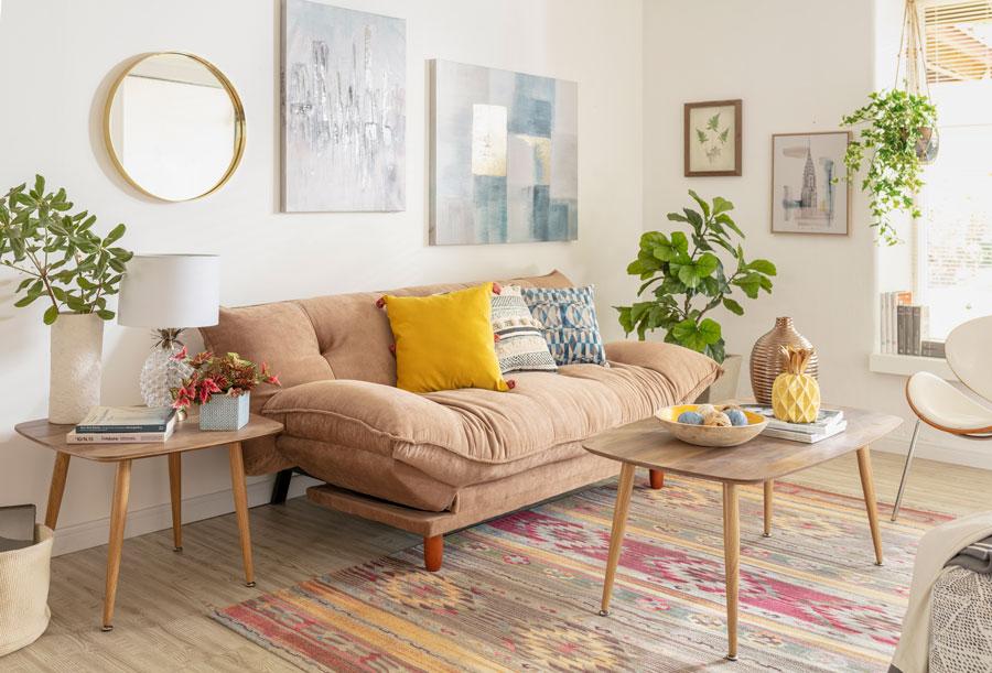 living pequeño con futón beige