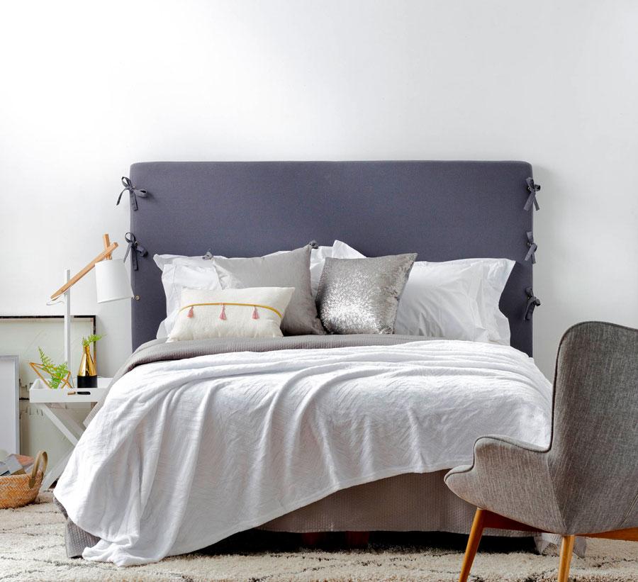 dormitorio de invitados, cama con respaldo de tela gris