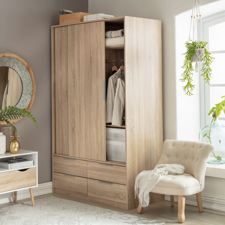 dormitorio con closet con puertas y cajones