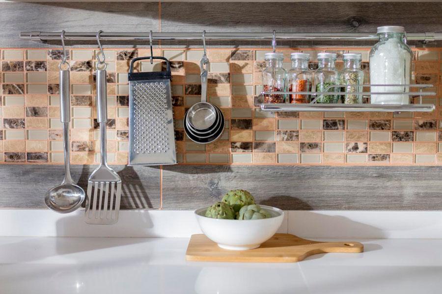 Barra con ganchos para colgar utensilios de cocina
