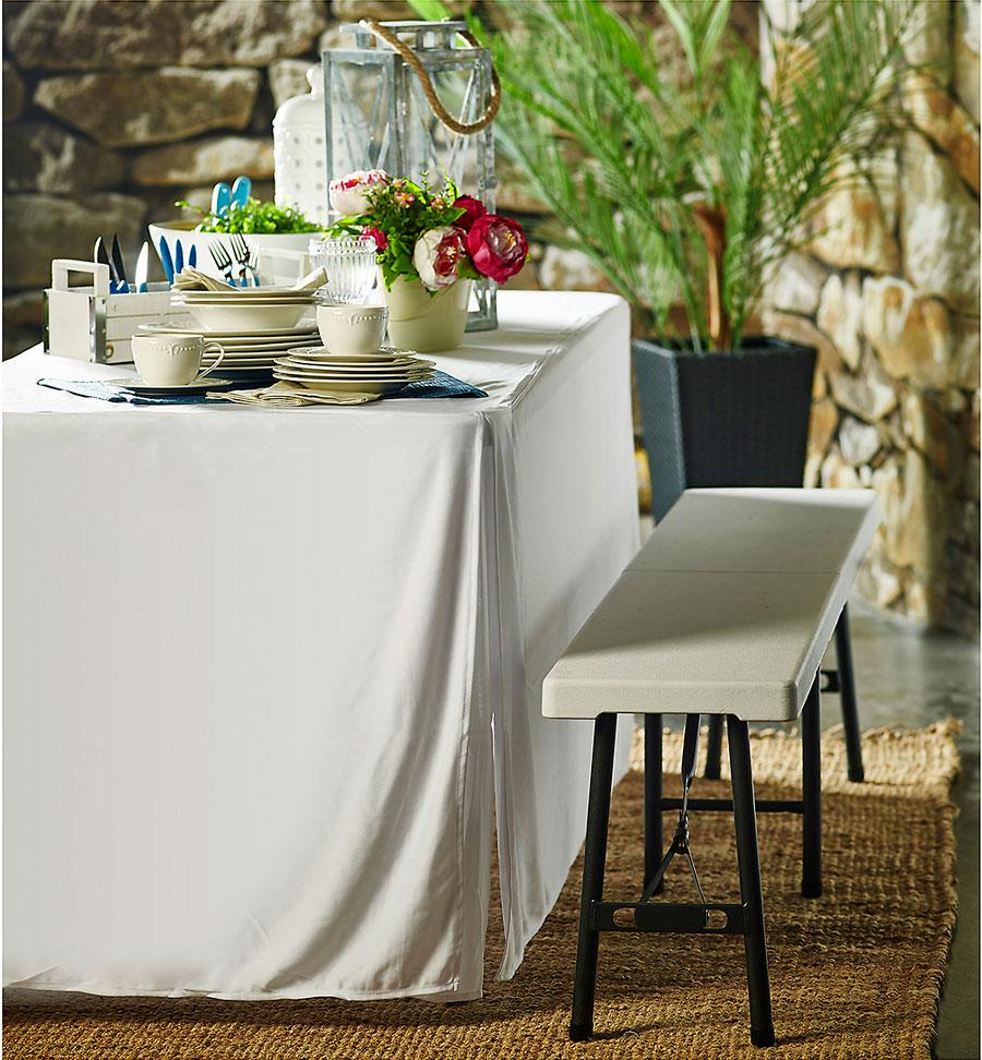Mesa de catering con mantel blanco, con juegos de té y café encima