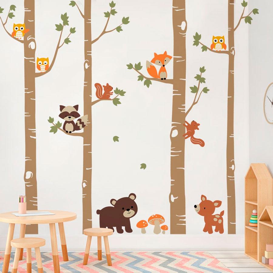 Pared de habitación infantil, decorado con árboles y figuras de zorros, mapaches, ardillas, osos, búhos y ciervos.