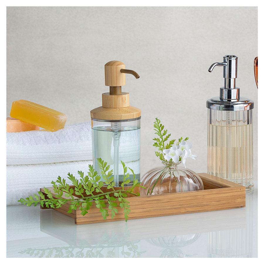 Bandeja de baño de madera con dispensador de jabón y un frasco decorativo de vidrio.