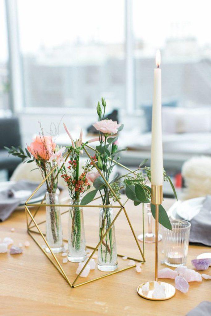 Detalle mesa de centro con decoración geométrica, flotes y velas