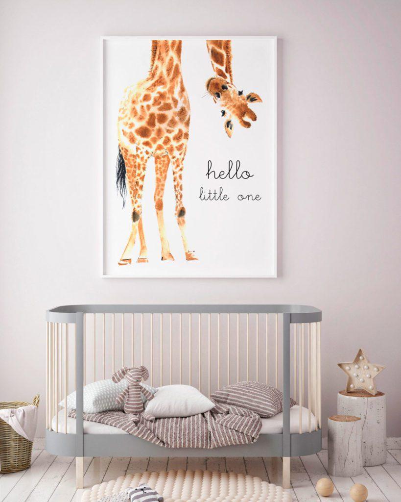Dormitorio de bebé con cuna de madera en tonos grises y un gran cuadro con una ilustración de jirafa.