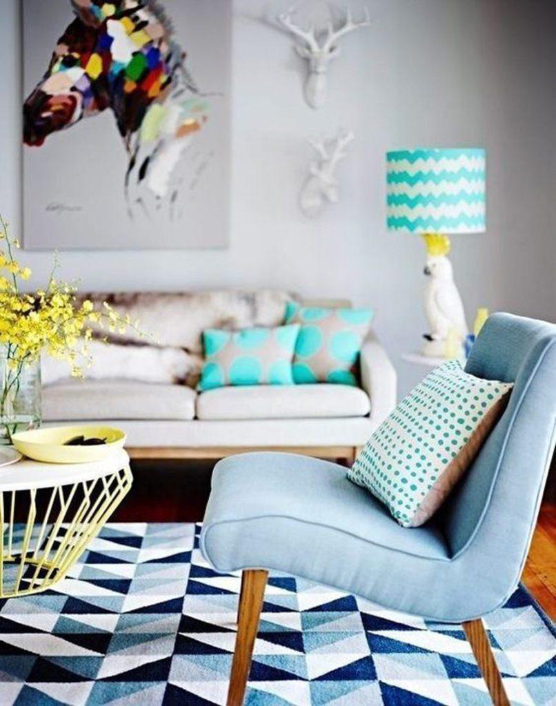 Living en tonos celestes y amarillos, con alfombra geométrica