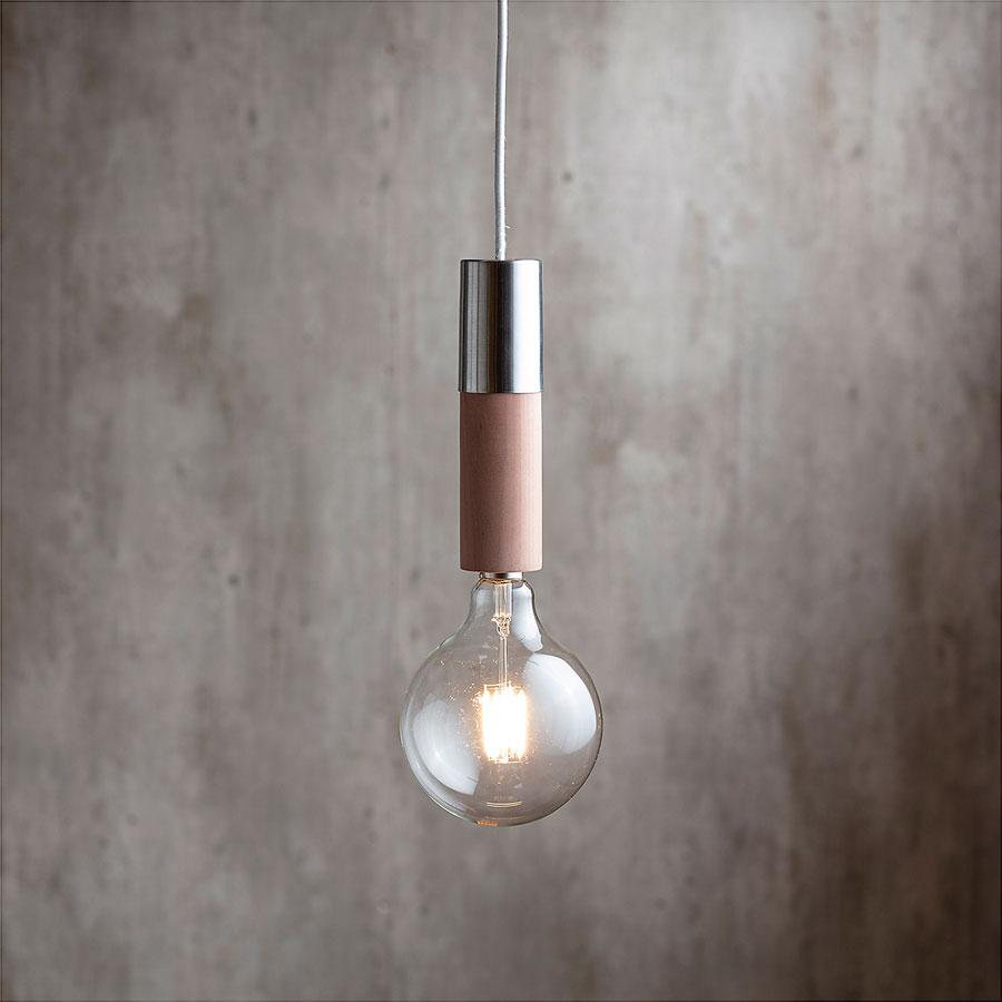 modelo de lámpara de colgar NÜN con base metálica en vez de color cobre