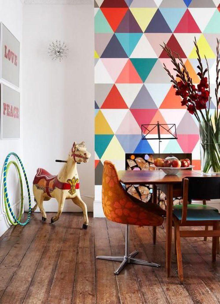 Comedor con muro geométrico multicolor, y decoración vintage.