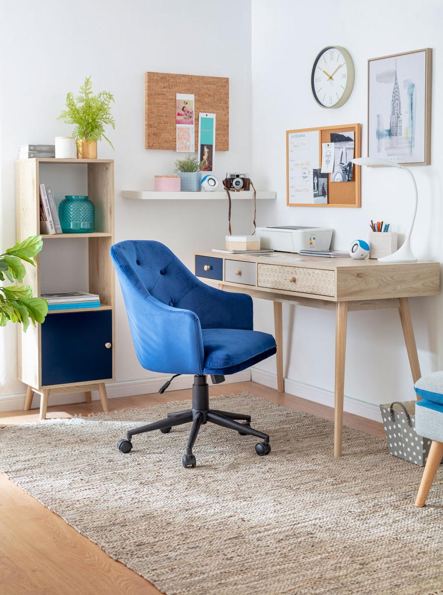 Escritorio de madera con sillon azul y repisa con estantes y puerta