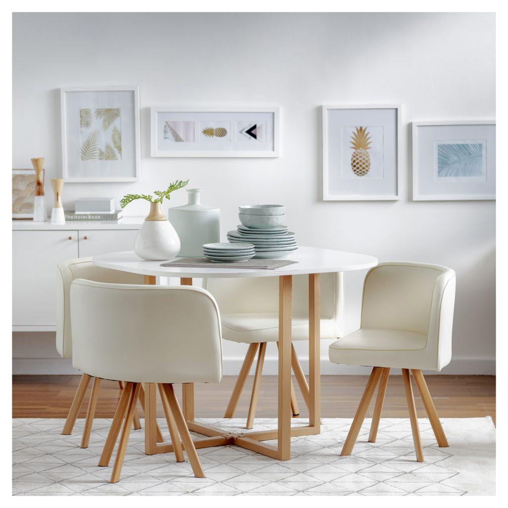 Juego de comedor blanco, cuatro sillas con patas de madera y diseño ovalado. Mesa redonda con estructura metálica color madera.