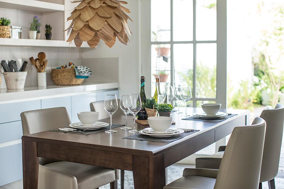 Comedor grande de diseño rectangular y color café oscuro. Cuatro sillas en tonos gris que forman un look elegante y moderno.
