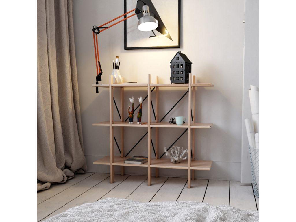 Estante de cuatro repisas color madera natural, estilo minimalista o Mid Century, adornada con varios accesorios y una lámpara de escritorio. Una cortina beige y alfombra gris combinan perfectamente.