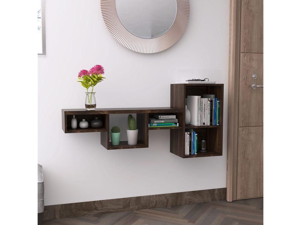 Repisa colgante color café de madera. Utilizada como recibidor y adornada con libros, y floreros, además de un espejo redondo sobre ella.