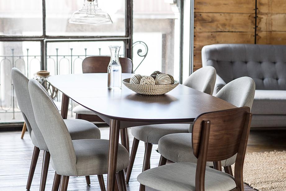 Amplio comedor de seis sillas, con tapiz de tela gris en cuatro de ella y dos con respaldo de madera al igual que la mesa.