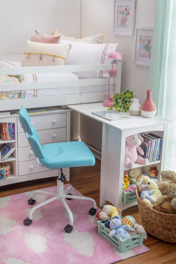 Cama multifuncional infantil de dos niveles, color blanca, con escritorio plegable y cajones en el primer nivel para ordenar libros y juguetes de niños