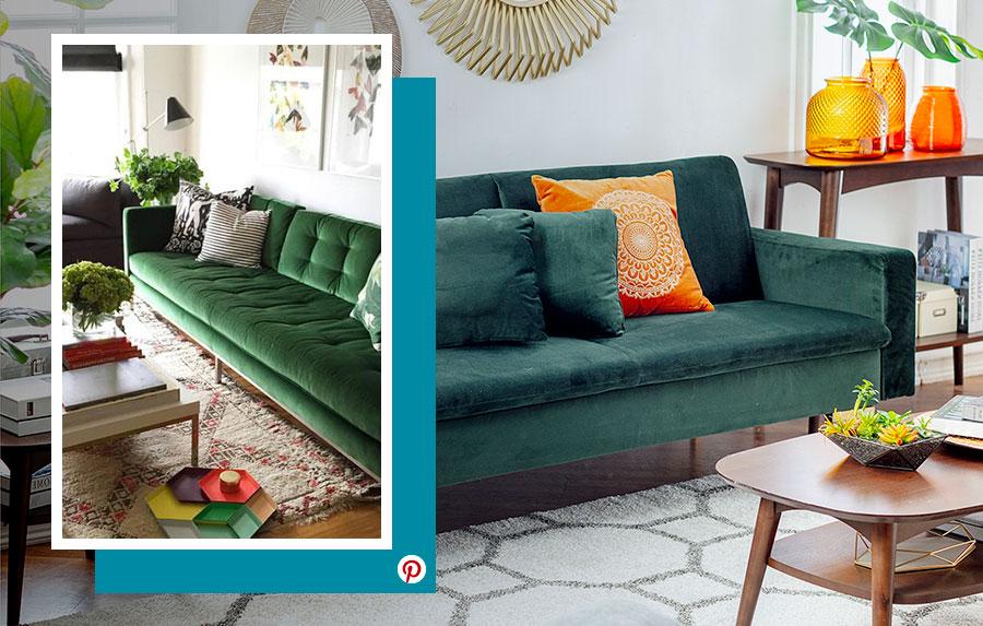 Tendencias 2019: Dos ambientes de living con un futón verde de terciopelo, adornado con cojines color terracota en uno y el otro con cojines con líneas en blanco y negro. Mesas de madera alrededor.