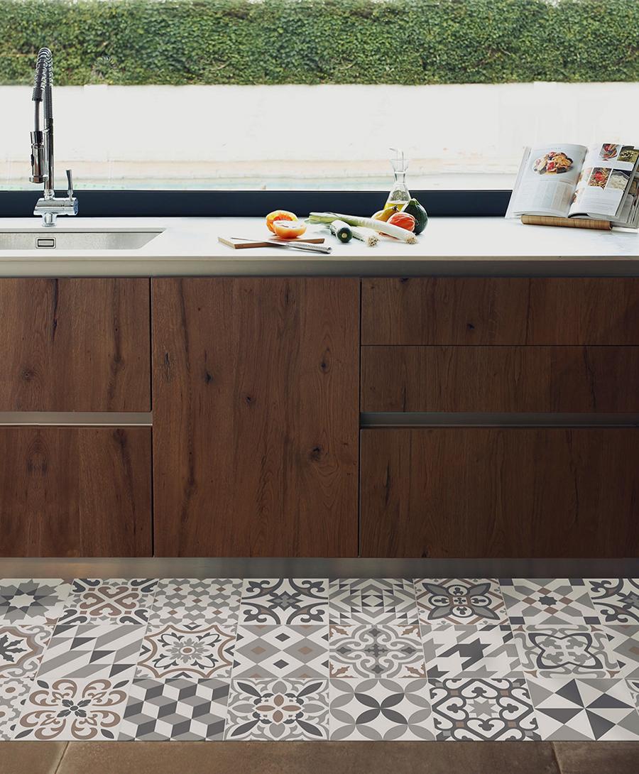 Alfombra vinílica ubicada en una cocina, con figuras geométricas en tonos grises.