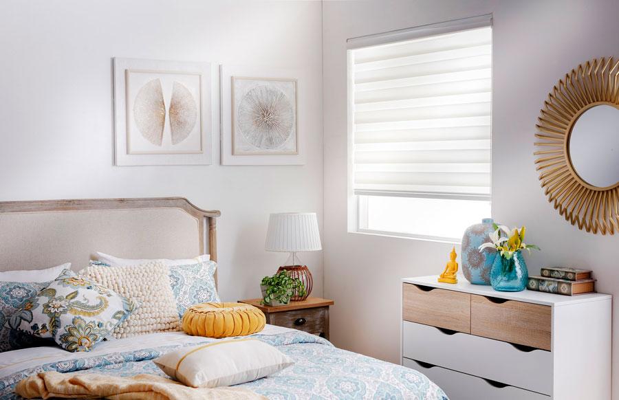 Ambiente de dormitorio en tonos claro y estilo nórdico.
