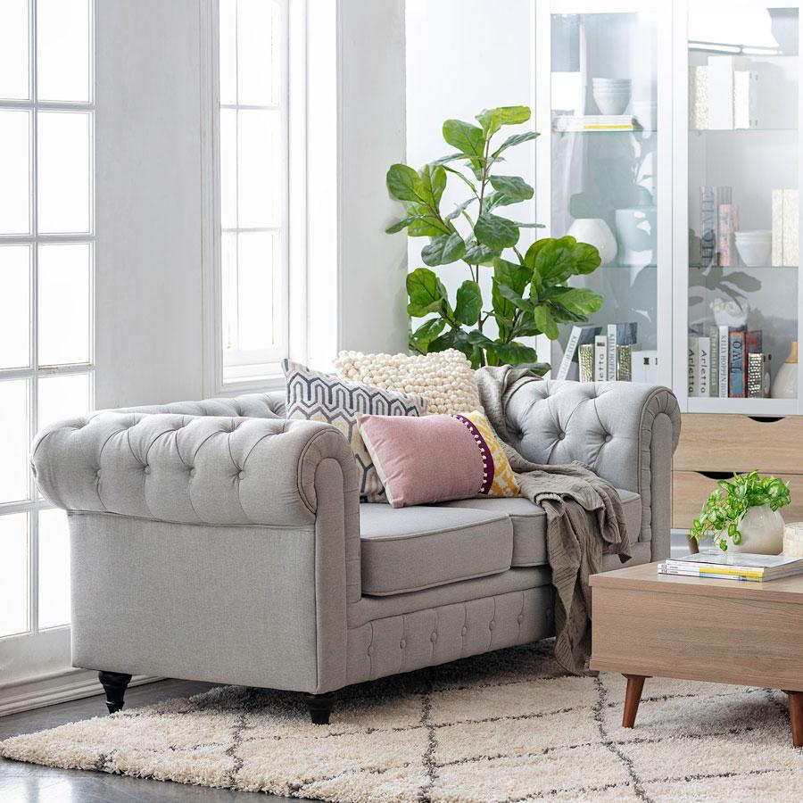 Sofá tipo chéster en color gris estilo clásico.