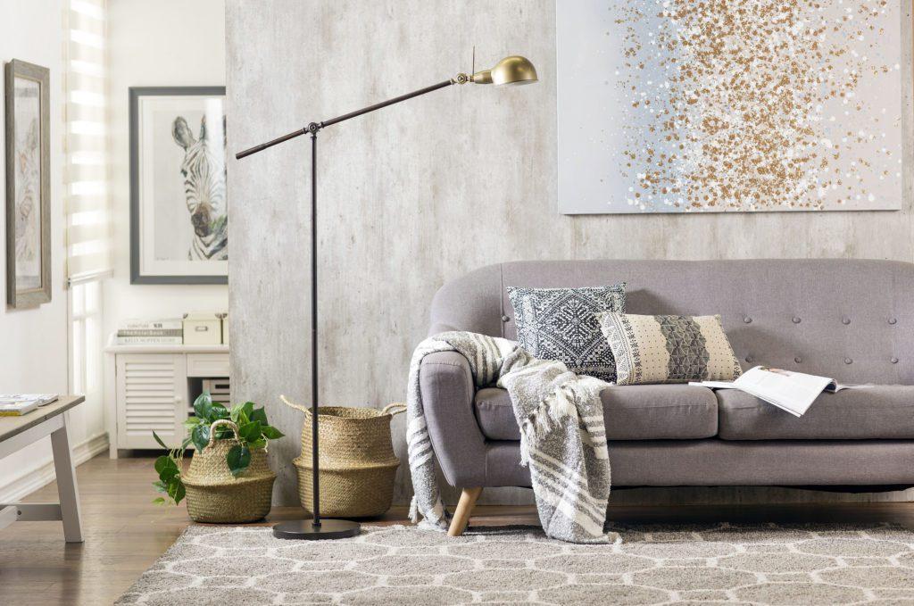 Un gran lienzo sobre el sofá del living se transforma en un punto focal de la decoración.