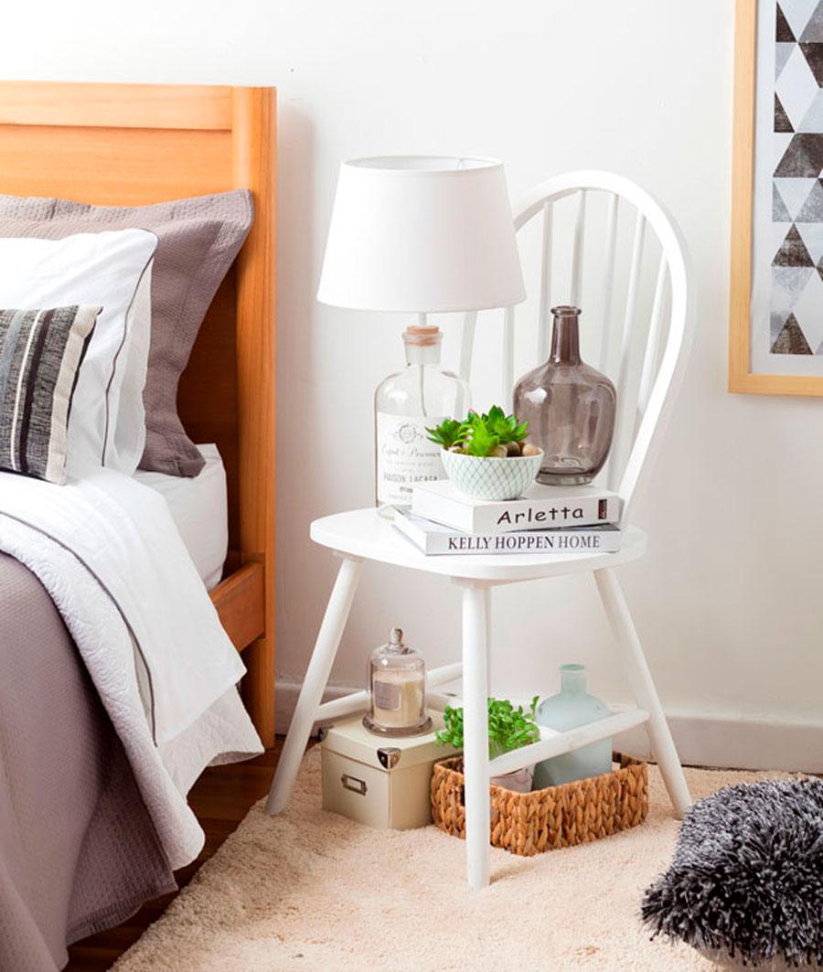 Silla color blanco ocupada como velador decoración dormitorio