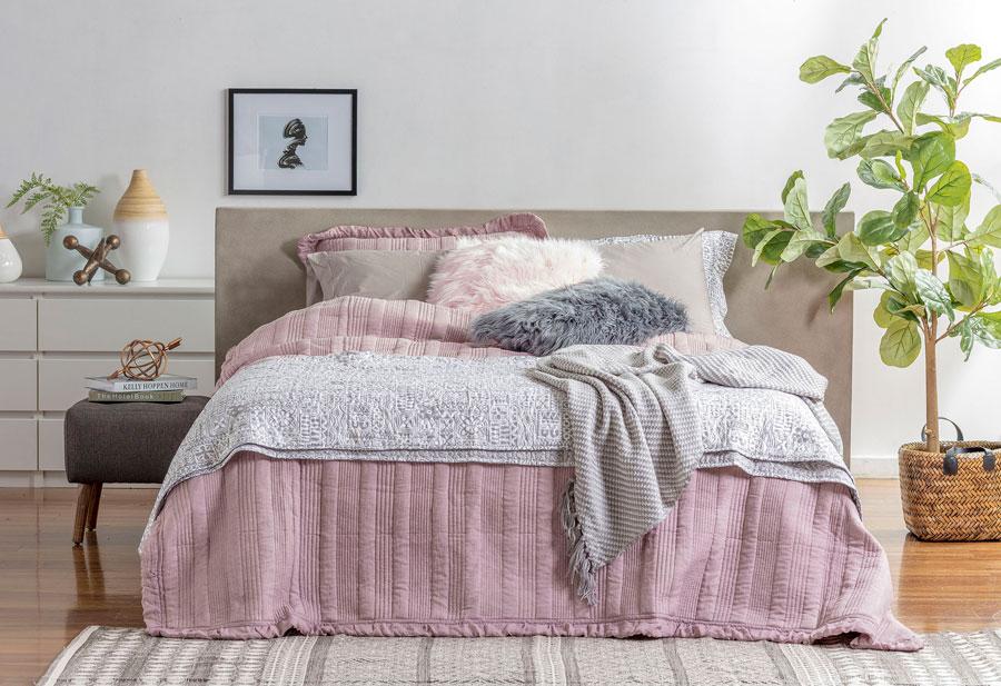decoración de dormitorio ropa de cama tono gris y rosado