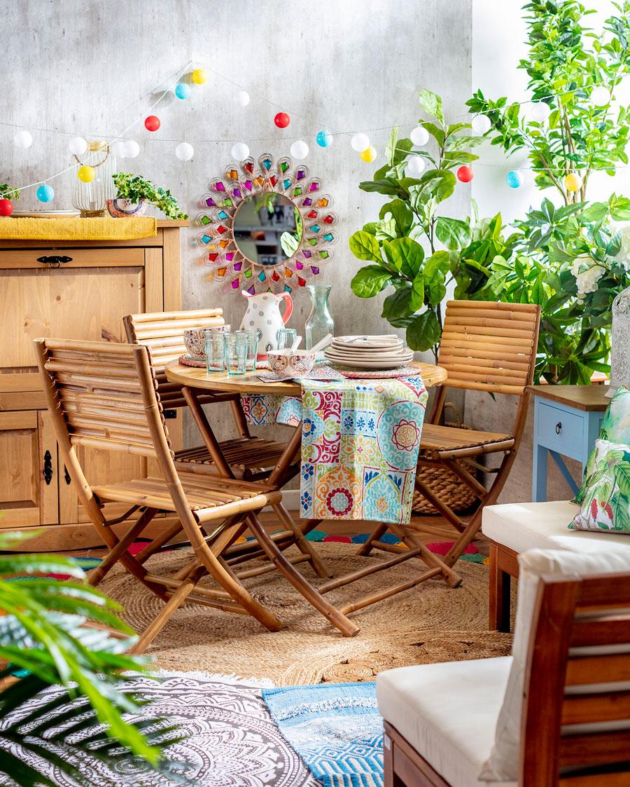 Juego de terraza de bambú con 3 sillas, plantas y guirnaldas de luces