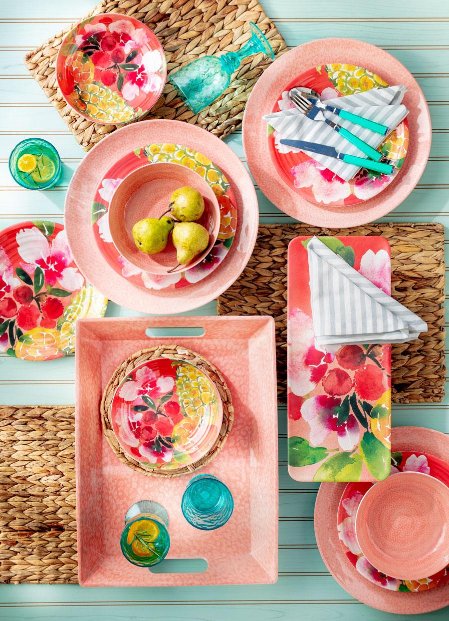 Mesa con platos osados y platos con flores y frutas e individuales de yute