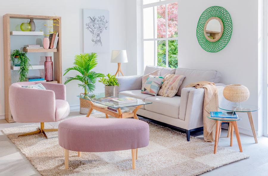 Living con sofa beige y poltrona y pouf curvos y rosados