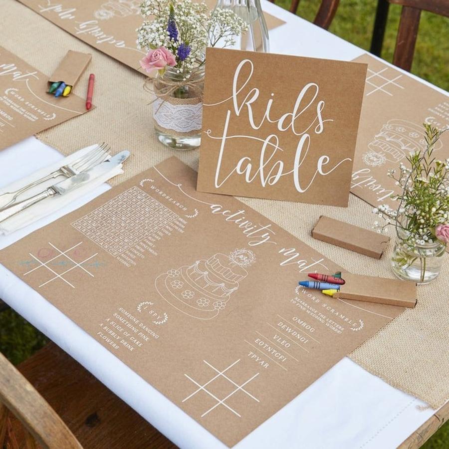 Mesa para niños con dibujos y lapices