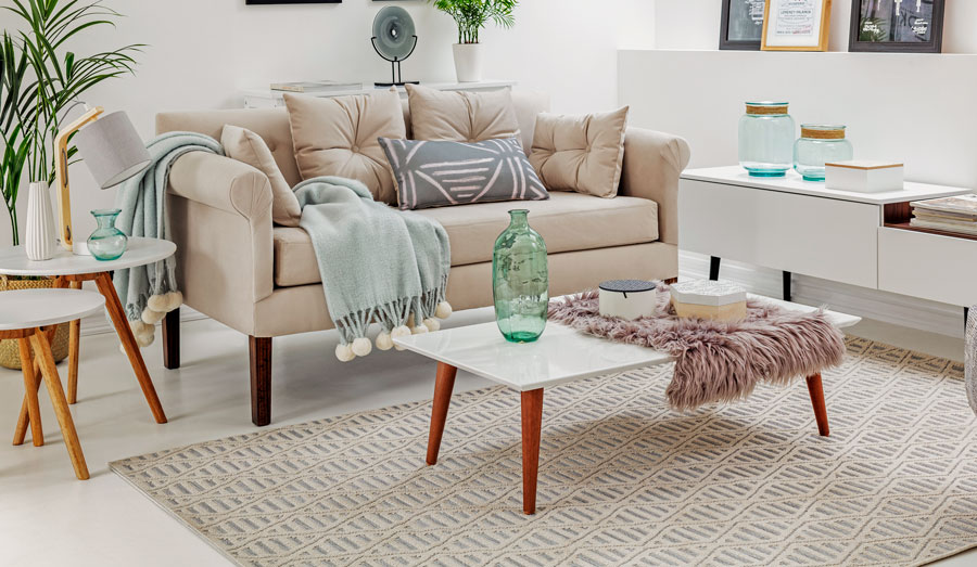 Living en tonos neutros, con sofá beige y mesa ratona