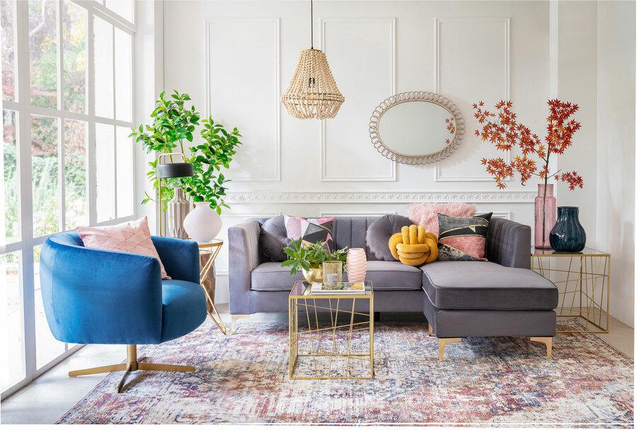 sofa gris, poltrona velvet azul