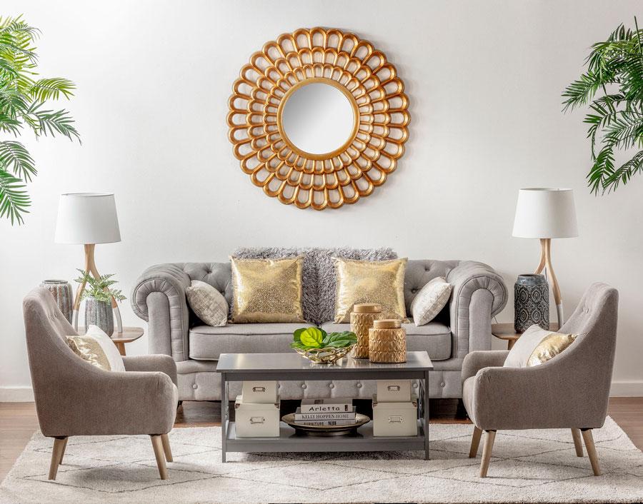 living simétrico con sofa gris, espejo redondo dorado y dos poltronas enfrentadas
