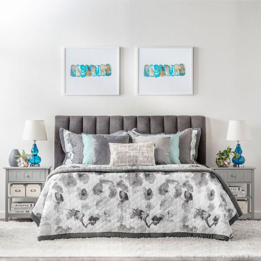 dormitorio simetrico en tonos grises con detalles turquesa