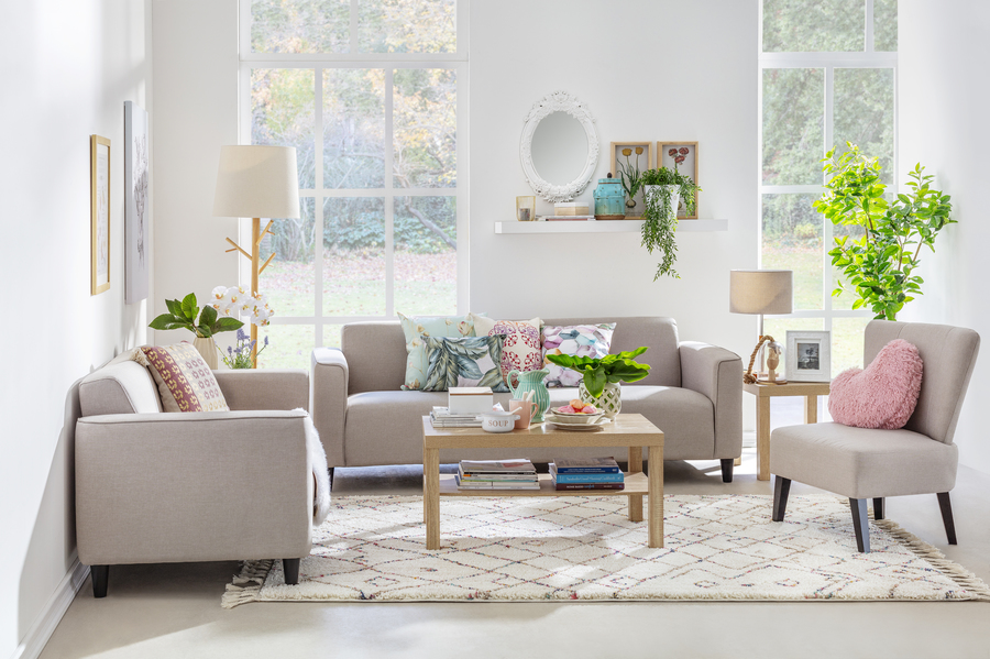 Living con sillon y sofas en living beige