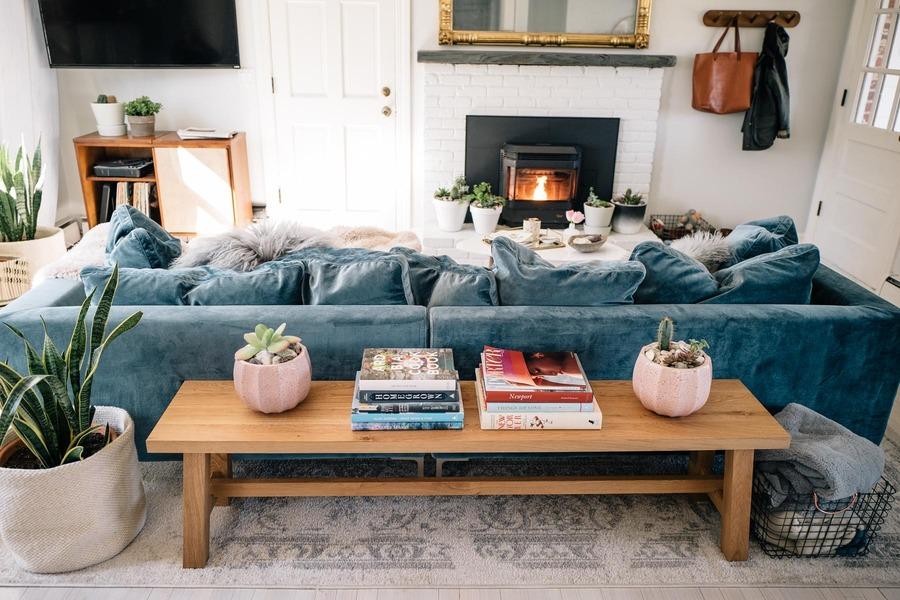 sofá diviendo espacio con mesa
