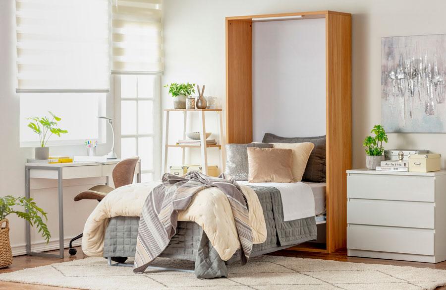 Dormitorio con cama abatible y ropa de cama abrigada