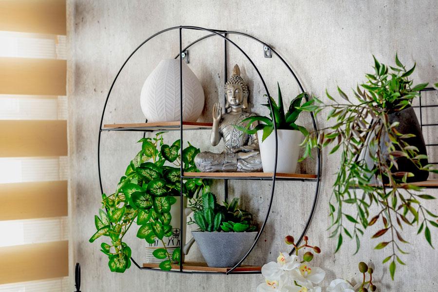 repisa de fierro con buda y plantas de interior