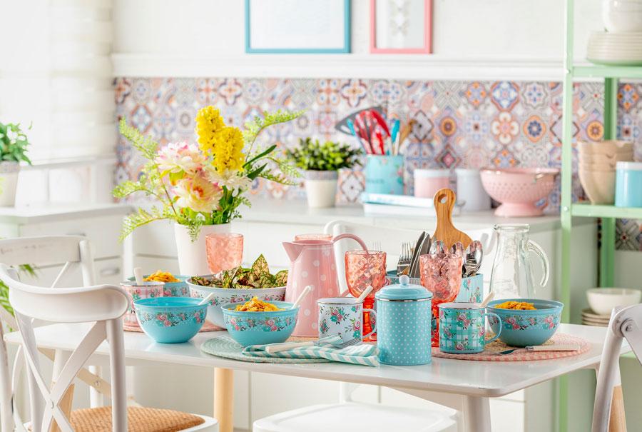 Mesa de desayuno familiar con menaje enlozado