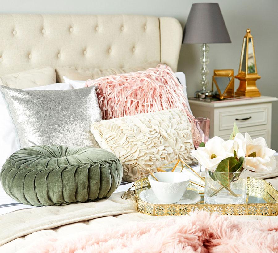 detalle de bandeja sobre cama con cojines decorativos. La imagen enlaza a la sección de menaje de té y café de la tienda online de Sodimac.com