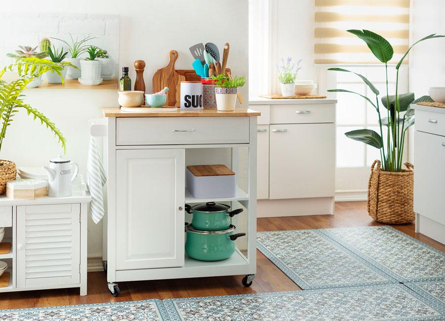 Cocina con muebles blancos para organizar