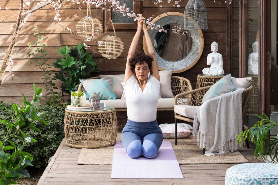 Mujer haciendo yoga en terraza