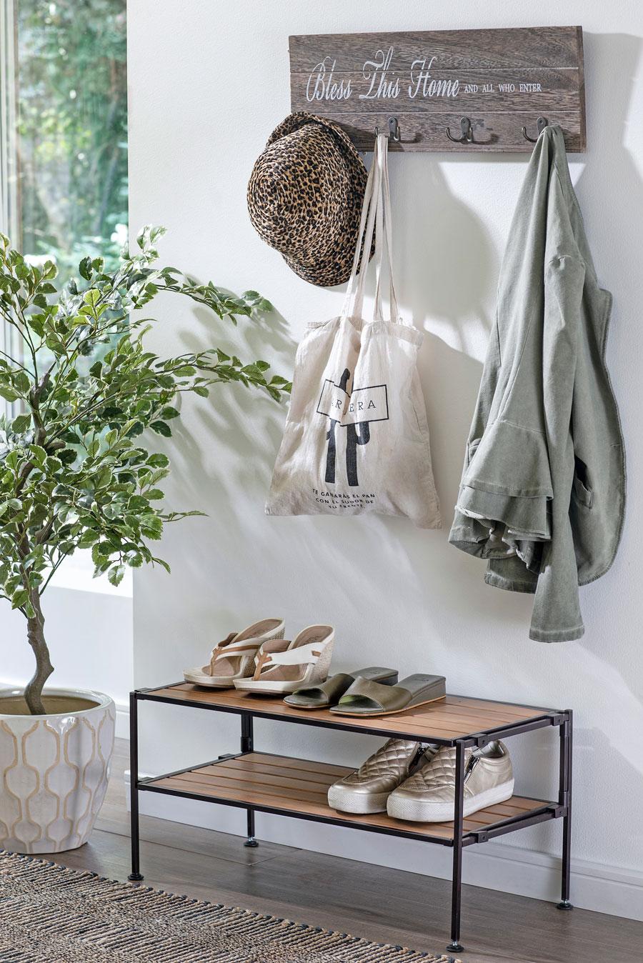 Entrada con perchero y mueble zapatero, y planta