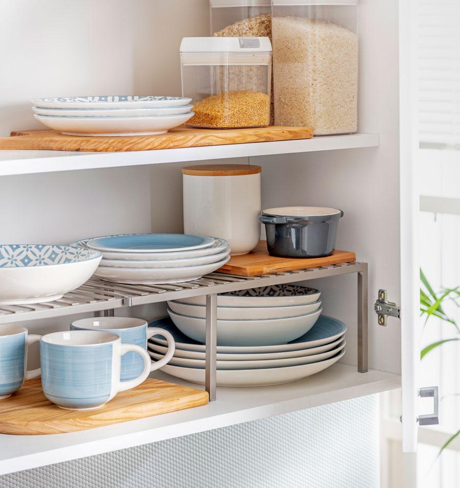 Interior de muebles de cocina con organizadores de platos