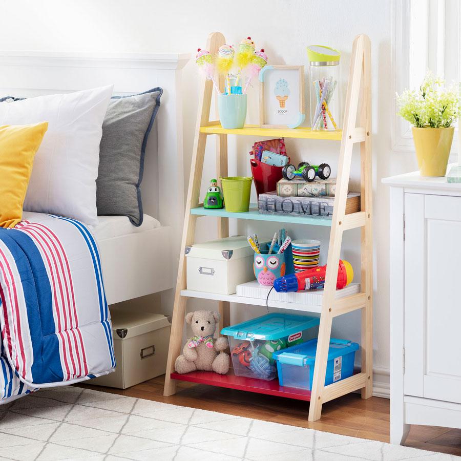 Dormitorio infantil con repisa con juguetes