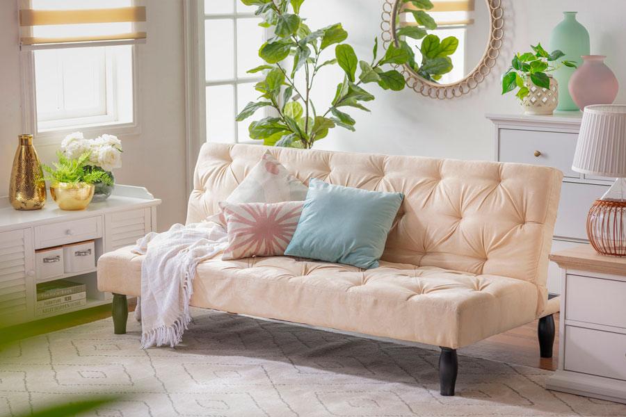 living con sofá color beige con cojines en tonos pastel