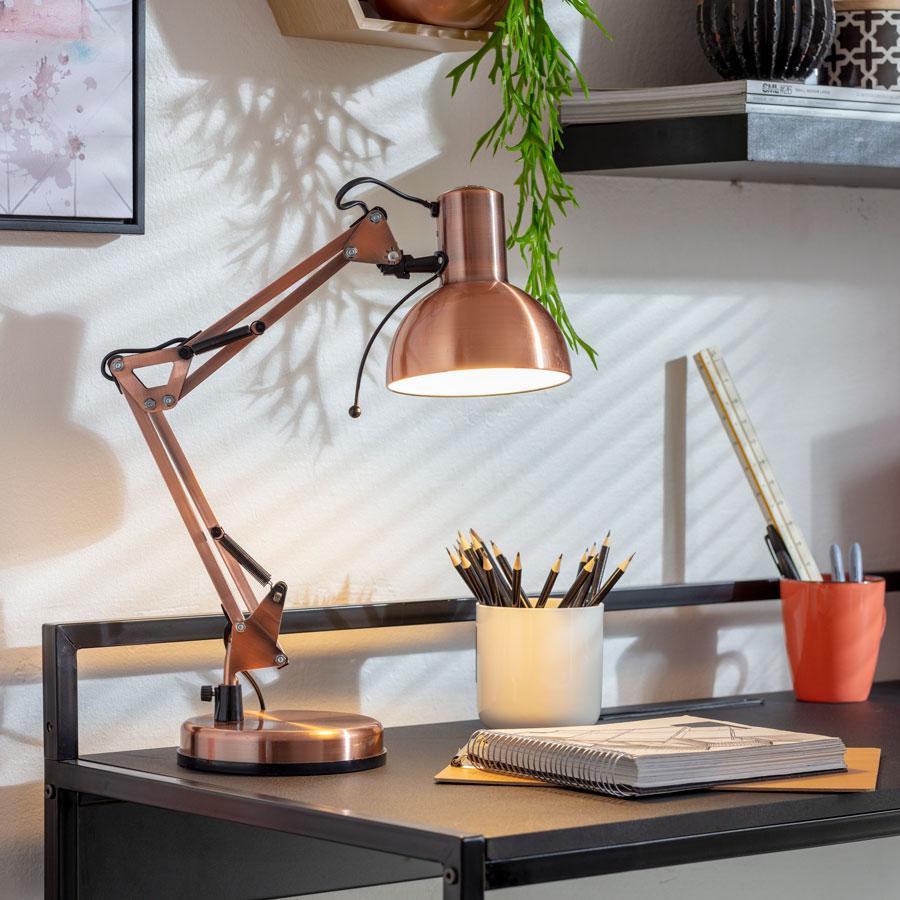 Escritorio con lámpara de cobre