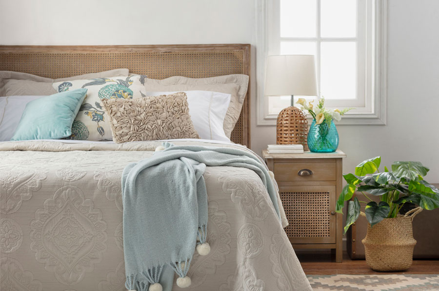 Dormitorio con respaldo y velador con esterilla, fibras naturales