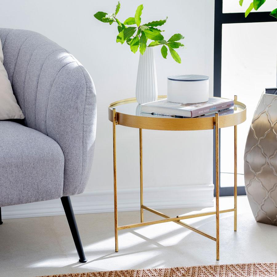 rincon de lectura con mesa lateral dorada